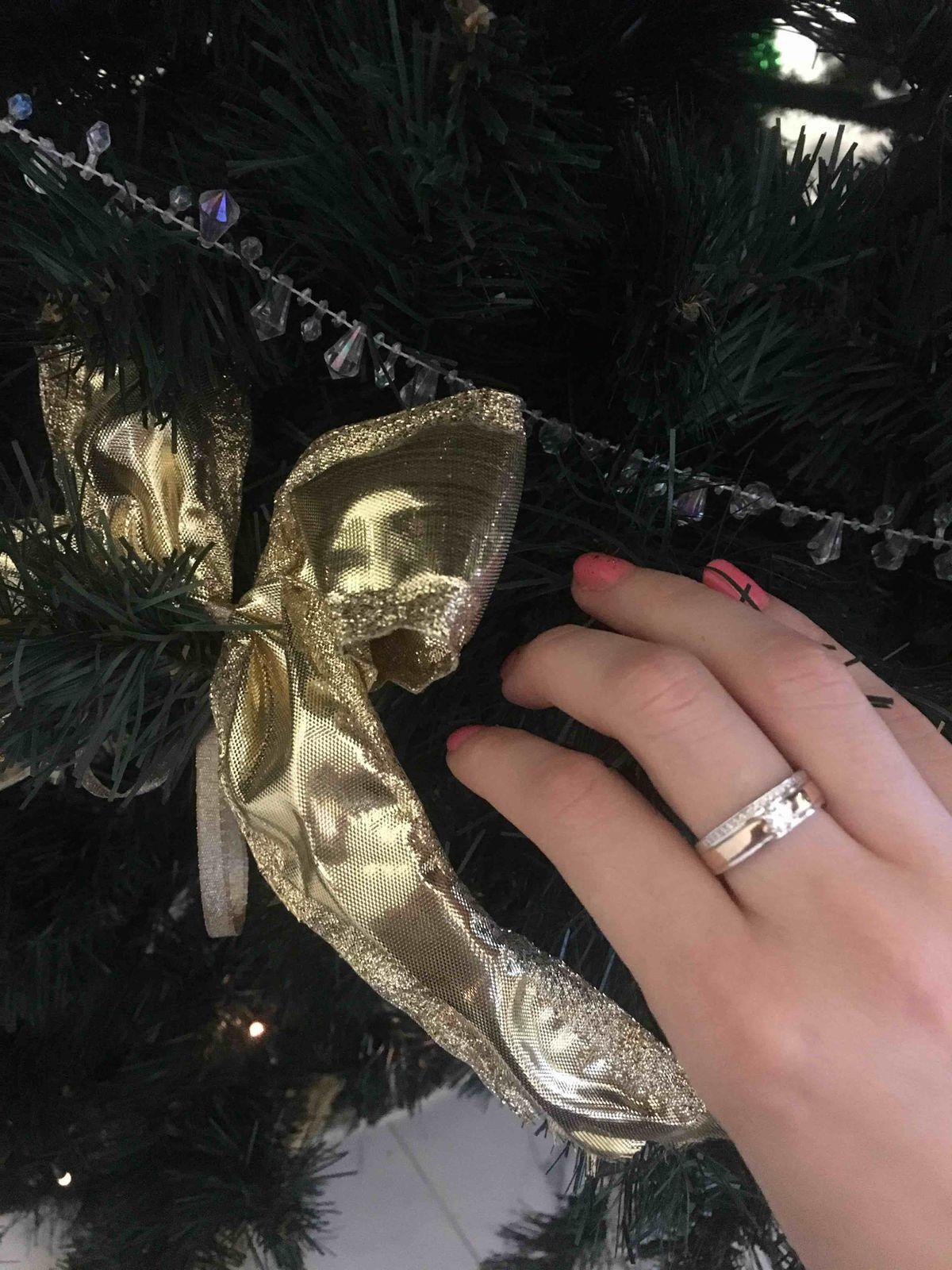 Парень подарил кольцо  на новый год .