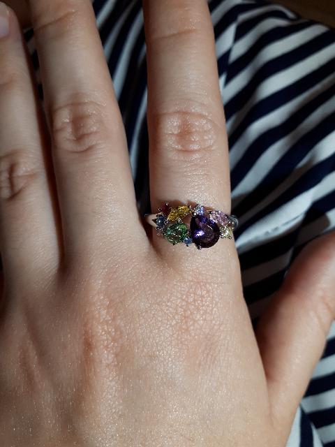 Кольцо с разноцветными камушками.