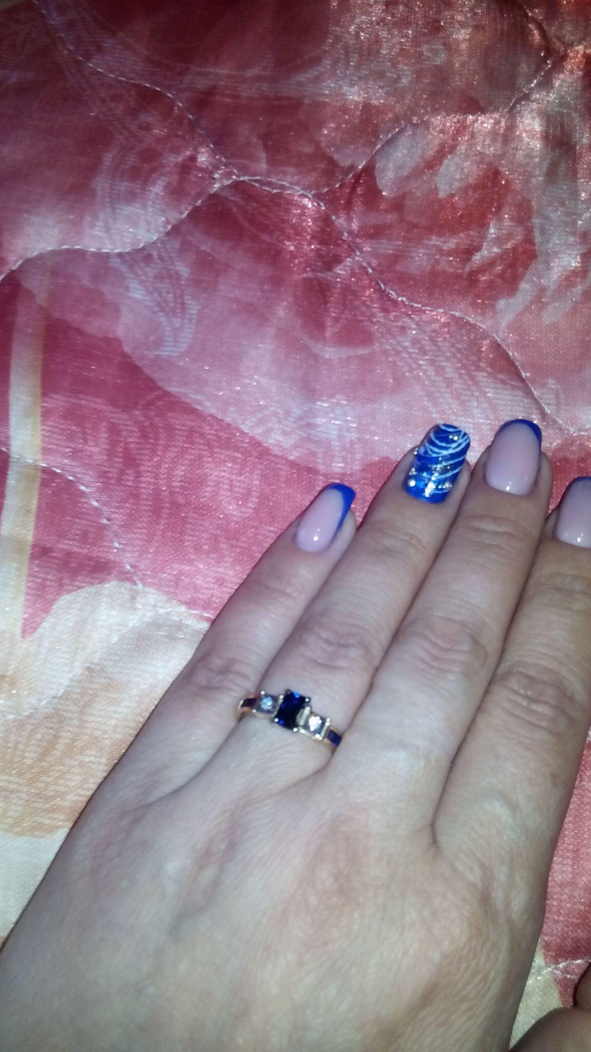Замечательное, кольцо с сапфироми и двумя небольшими бриллиантами )