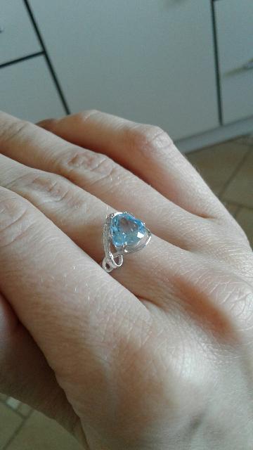 Кольцо серебряное с голубым топазом в виде сердца и  фианитами!