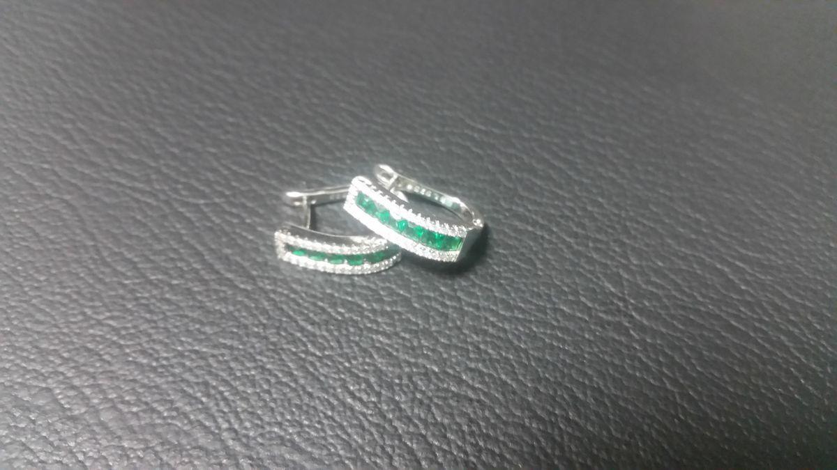 Серьги с зелеными вставами